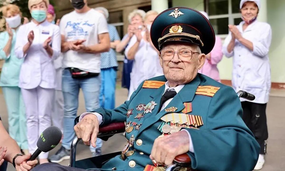 Cựu chiến binh Nga 102 tuổi chiến thắng Covid-19