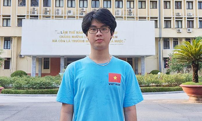 Giành huy chương vàng Olympic Vật lý quốc tế sau cú ngã ở giải châu Á