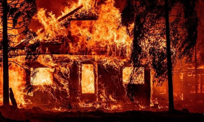 Đám cháy rừng tạo gió và sấm sét cục bộ