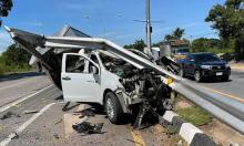 Ôtô vỡ nát khi tránh xe máy chạy ẩu