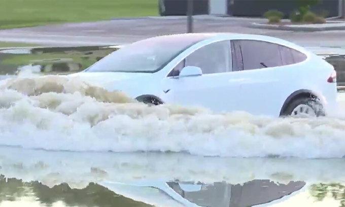 Vì sao xe điện 'ăn đứt' xe xăng khi lội nước?