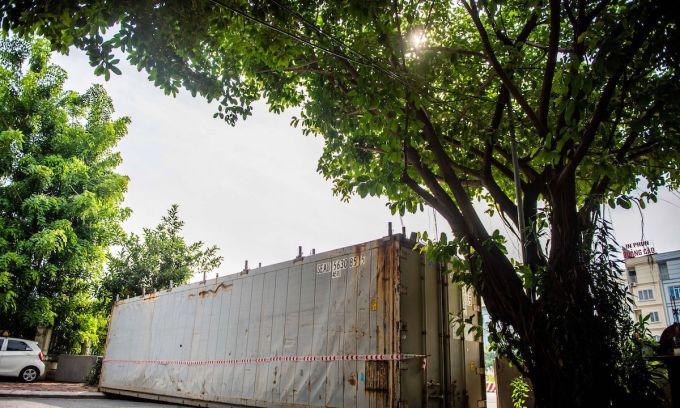 Dùng xe tải, thùng container 'rào khu phố chống dịch'