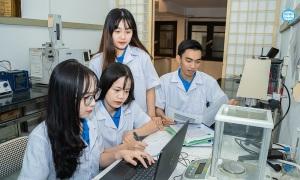 Sinh viên chế tạo vật liệu tự hủy sản xuất đồ bảo hộ y tế