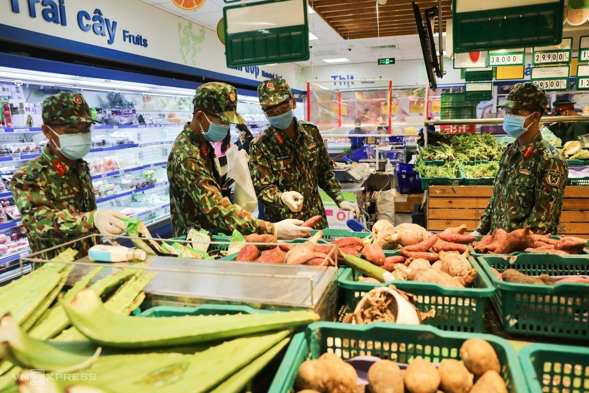 Bộ đội đi chợ giúp dân TP HCM - VnExpress