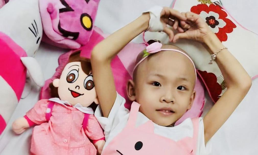 Ý chí kiên cường của cô bé 8 tuổi bị ung thư xương