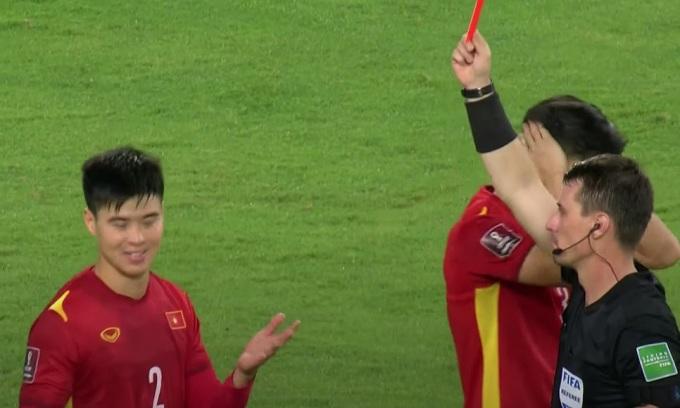 Cầu thủ Việt cãi trọng tài