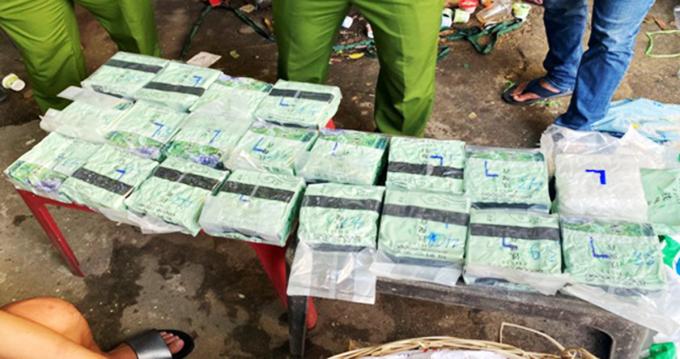 Cảnh sát vây bắt xe luồng xanh có gần 100 kg ma tuý