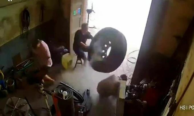 Lốp xe nổ bay trúng đầu thợ sửa chữa