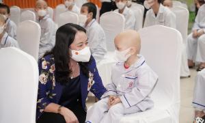 Phó Chủ tịch nước tặng quà trung thu bệnh nhi