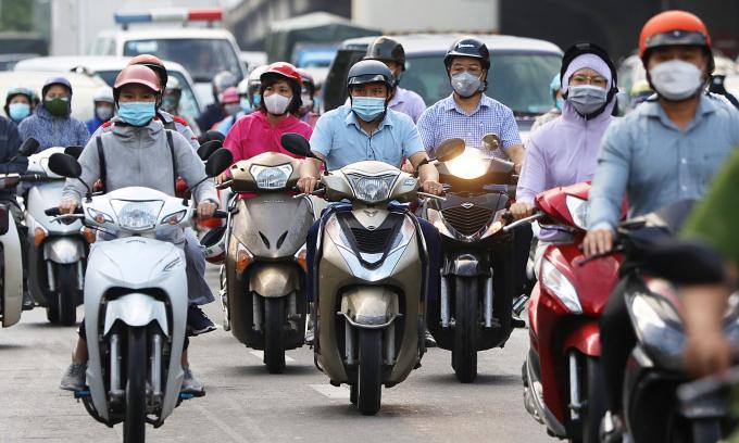 Dòng xe đông đúc vào nội thành khi Hà Nội dỡ chốt