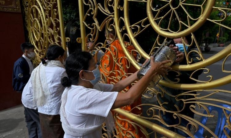 Sư thầy nhiễm nCoV, Campuchia hủy lễ 'xá tội vong nhân'