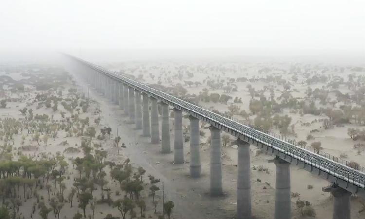 Hoàn thành đường sắt dài 825 km trên sa mạc Taklimakan