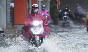 Những nguyên tắc an toàn khi chạy xe máy ngày mưa bão
