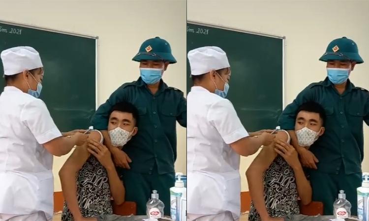 Thanh niên gào khóc khi tiêm vaccine