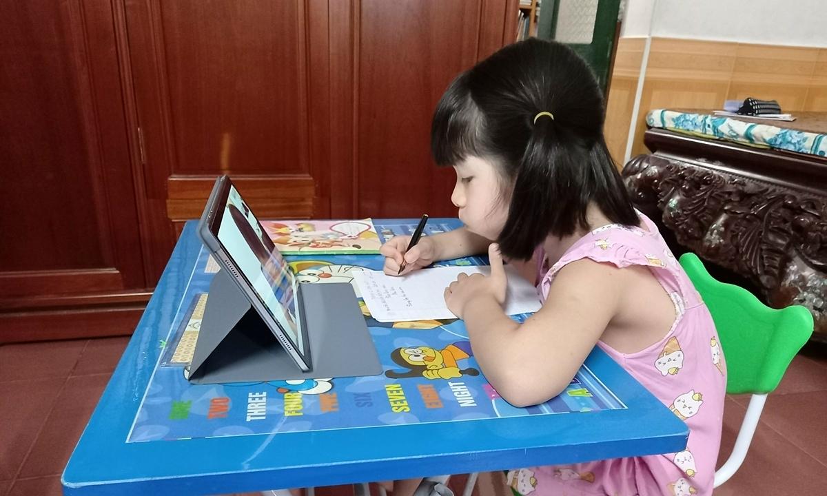 Những phụ huynh 'đến ngưỡng chịu đựng' với học online