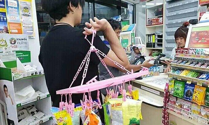 Kiểu đi chợ 'không giống ai' của người Thái