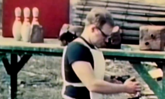 Nhà phát minh tự bắn mình để quảng bá áo chống đạn