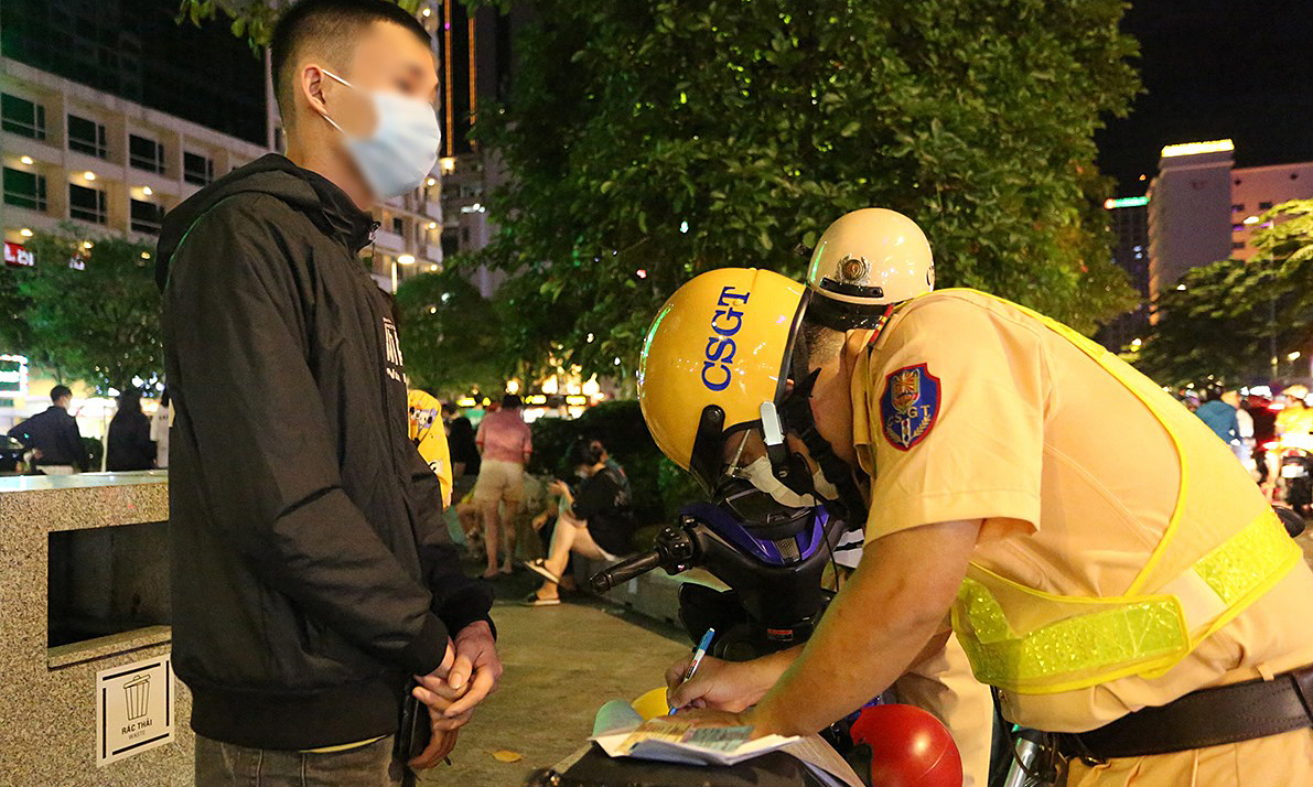 Hàng loạt người ở phố đi bộ Nguyễn Huệ bị phạt