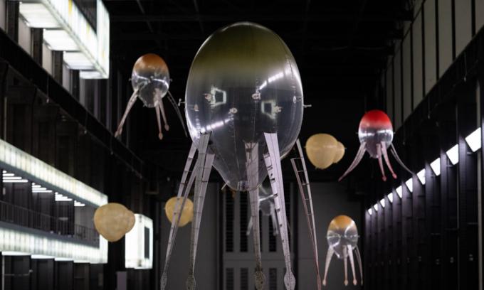 'Đội quân' robot bay lơ lửng trong bảo tàng Anh