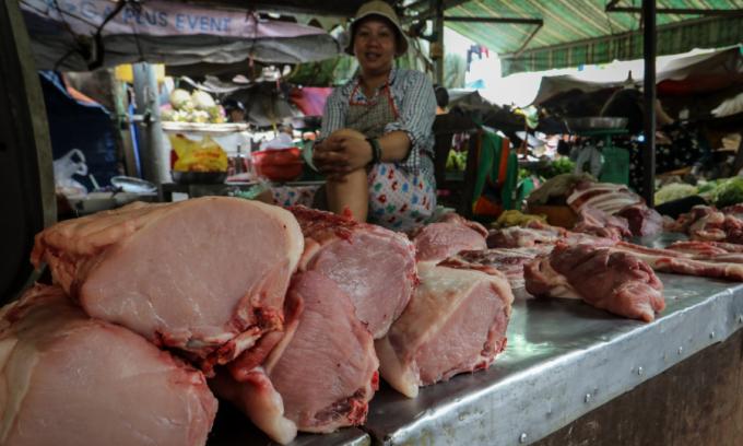 Vì sao thừa thịt heo nhưng giá bán vẫn đắt?