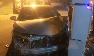 Vợ tôi lái xe lao vào cổng, xe hỏng có được bảo hiểm?