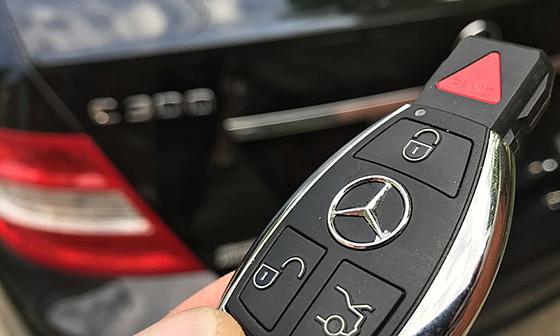 Cách mở cửa khi quên khóa trong xe?