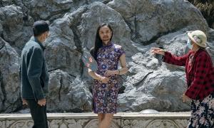 'Cô gái' râu rậm chụp ảnh gần Tử Cấm Thành