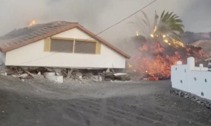 Dung nham núi lửa đánh sập biệt thự ba tầng