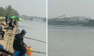 Tiêm kích rơi xuống sông, dân vẫn thản nhiên câu cá