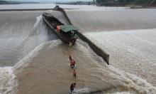 5 giờ giải cứu đoàn công tác kẹt giữa đập thủy lợi
